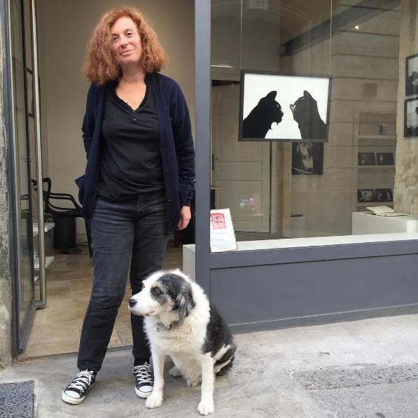 Isabelle Wisniak et Droopy devant Flair Galerie à Arles