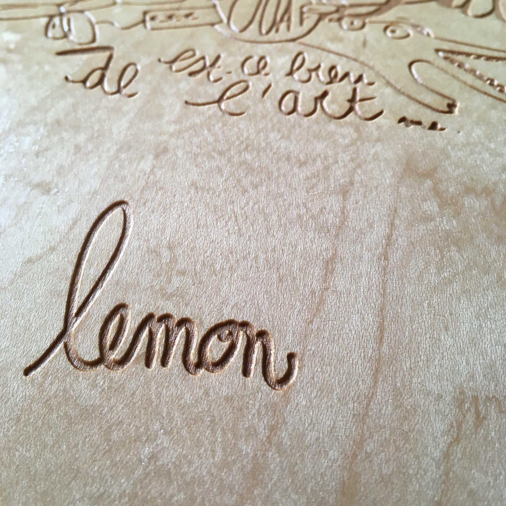 Signature de l'artiste Lemon gravée sur le skate Achetez de l'Art