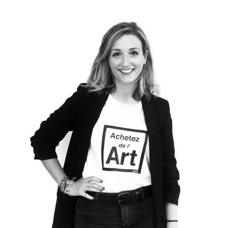 Caroline Paillard avec le Tee-shirt Achetez de l'Art