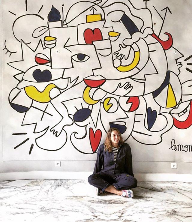 L'artiste Lemon posant devant une de ses créations