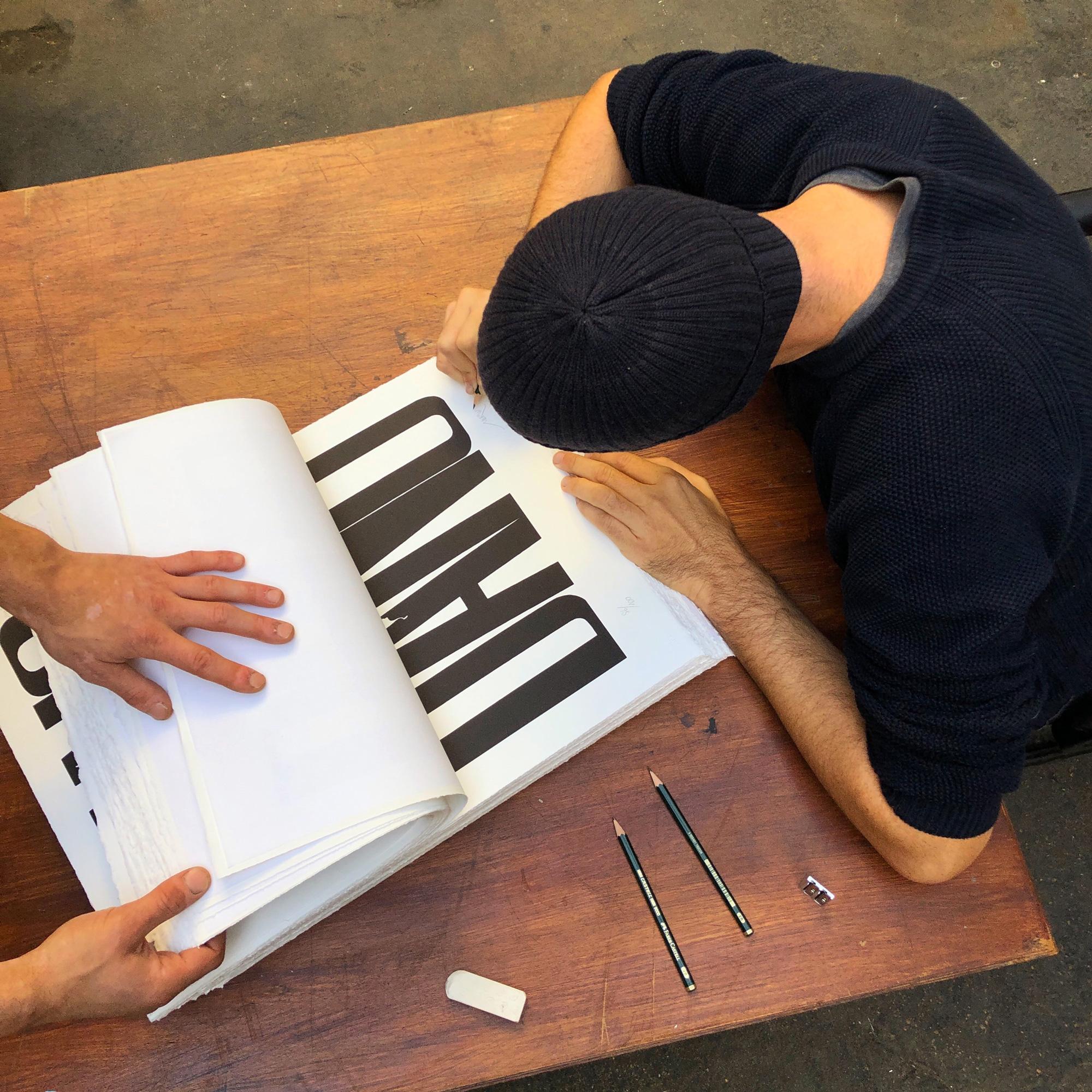 Merwan : signature de son print chez Idem Paris
