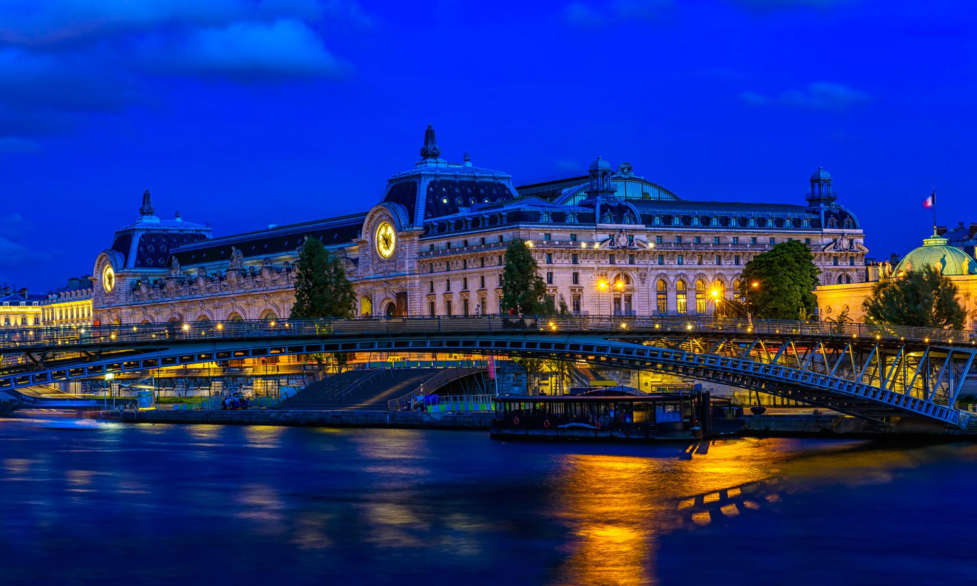 Le musée d'Orsay bleu et rose