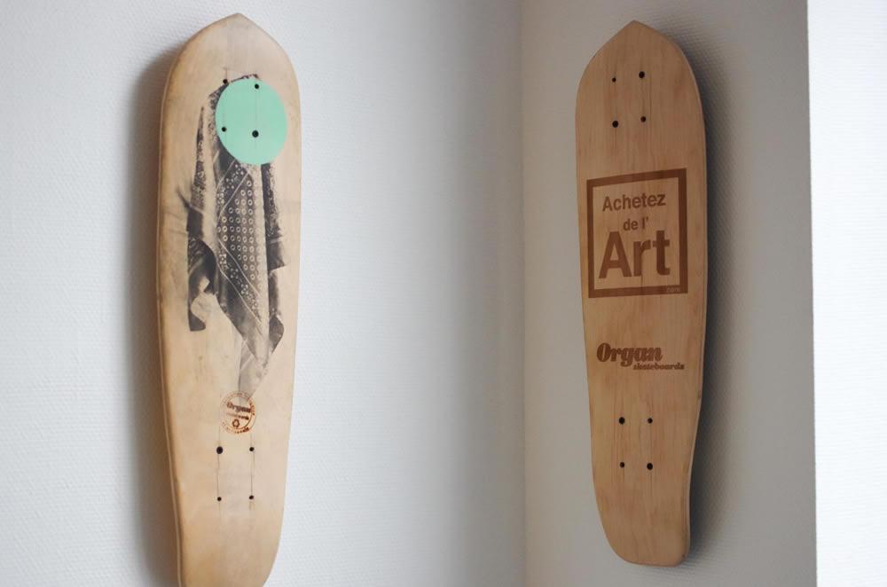 La planche Achetez de l'Art exposée en galerie : skate art !