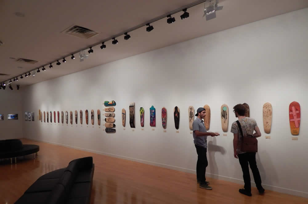 La planche Achetez de l'Art - Organ Skateboards exposée en galerie