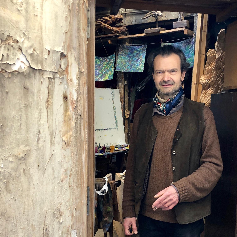 Xavier Dambrine à l'entrée de son atelier à Paris (2019)